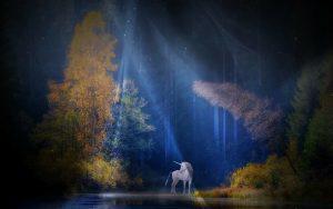 Biały jednorożec w cieniu drzew