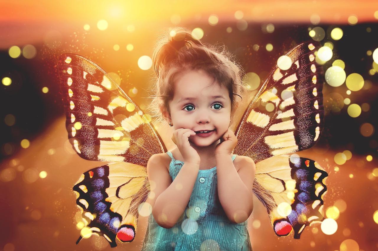 Dziecko ze skrzydłami motylka