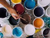 pojemniki z kolorowymi farbami