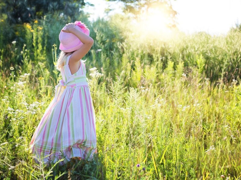Dziewczyna w kapeluszu na łące