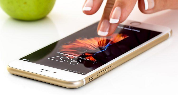 Dłoń dotykająca telefon