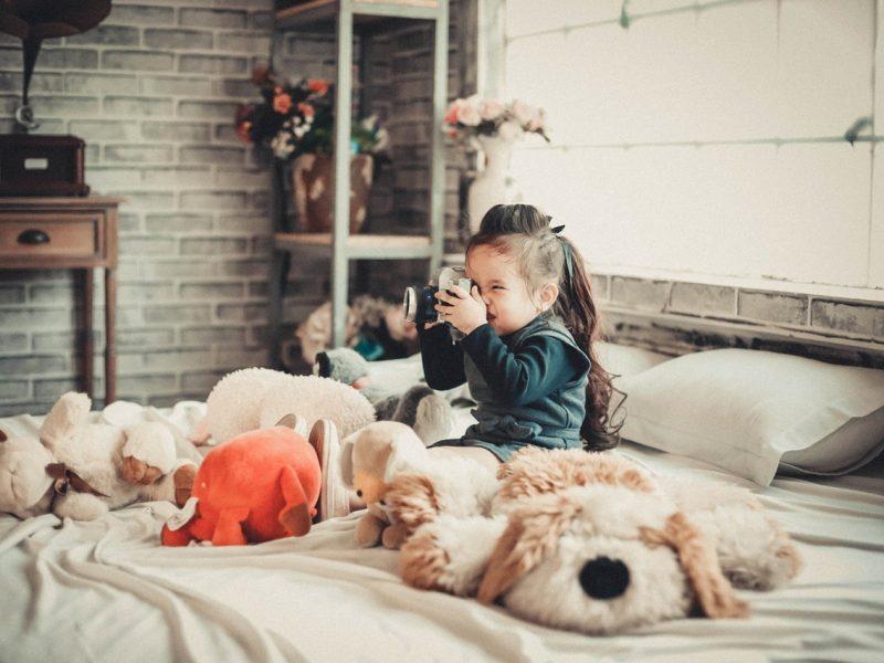 Dziecko w łóżku z aparatem